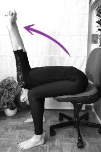 estiramiento hombros yoga oficina